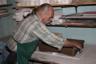 Peter beim Vermessen einer Kunden-Schale